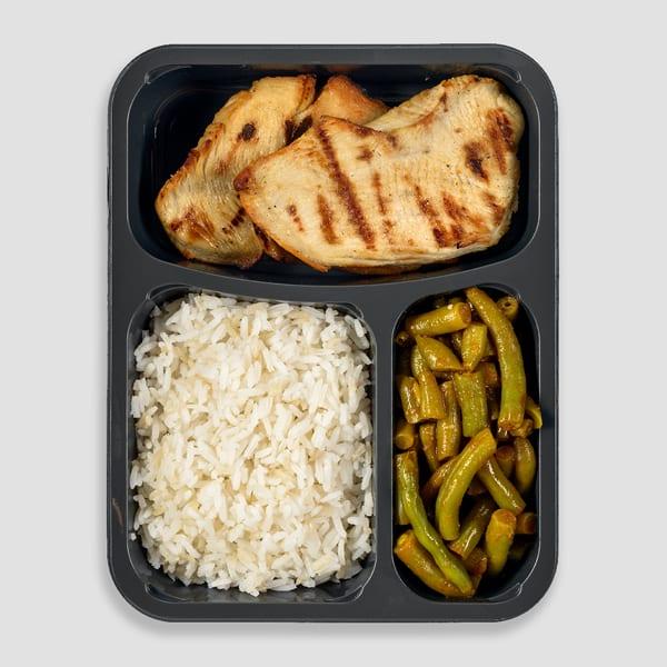 נתח חזה עוף עם אורז ושעועית ירוקה