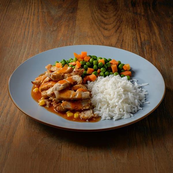 עוף מוקפץ בתוספת אורז עם אפונה וגזר