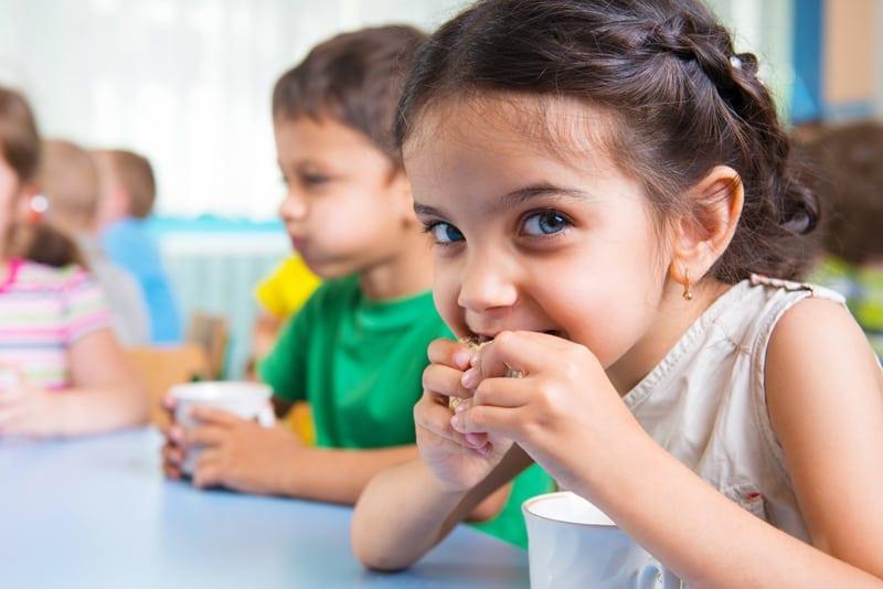 ילדה אוכלת כריך